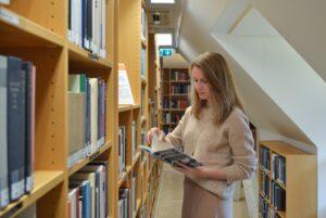 Yuliya Khvatsik visiting the RWI library